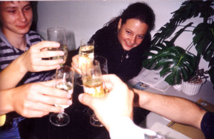 1994: Schließlich ist der Umbau geschafft; Vorstand und Aktive stoßen an