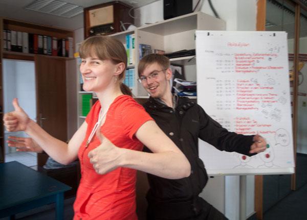 Julia Ehritt und René Börs vom Vorstand freuen sich über 25 Jahre fjp>media