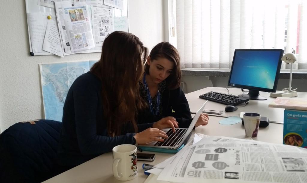 Teilnehmerinnen schreiben einen Artikel für die Mitteldeutsche Zeitung