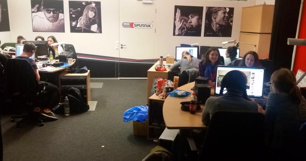 Workshop Teilnehmer arbeiten bei MDR Sputnik