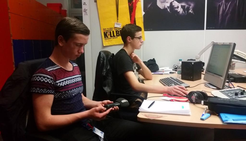 Teilnehmer bearbeiten einen Radiobeitrag