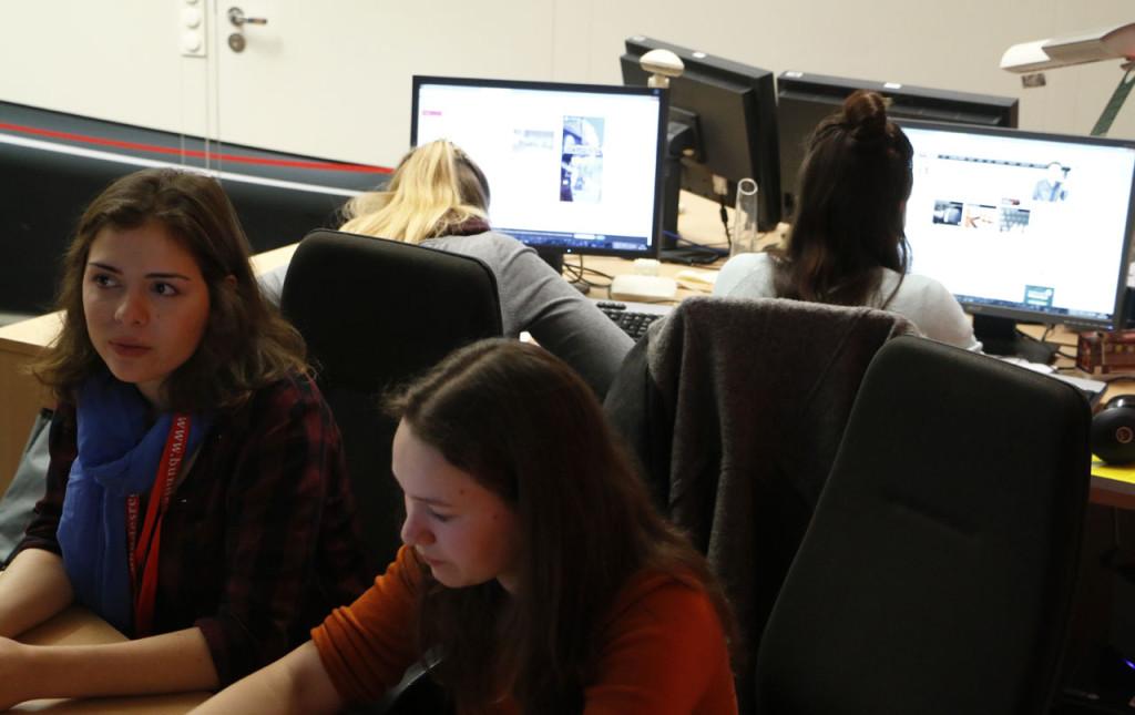 Im Radio - Workshop recherchieren die Teilnehmerinnen für einen Beitrag